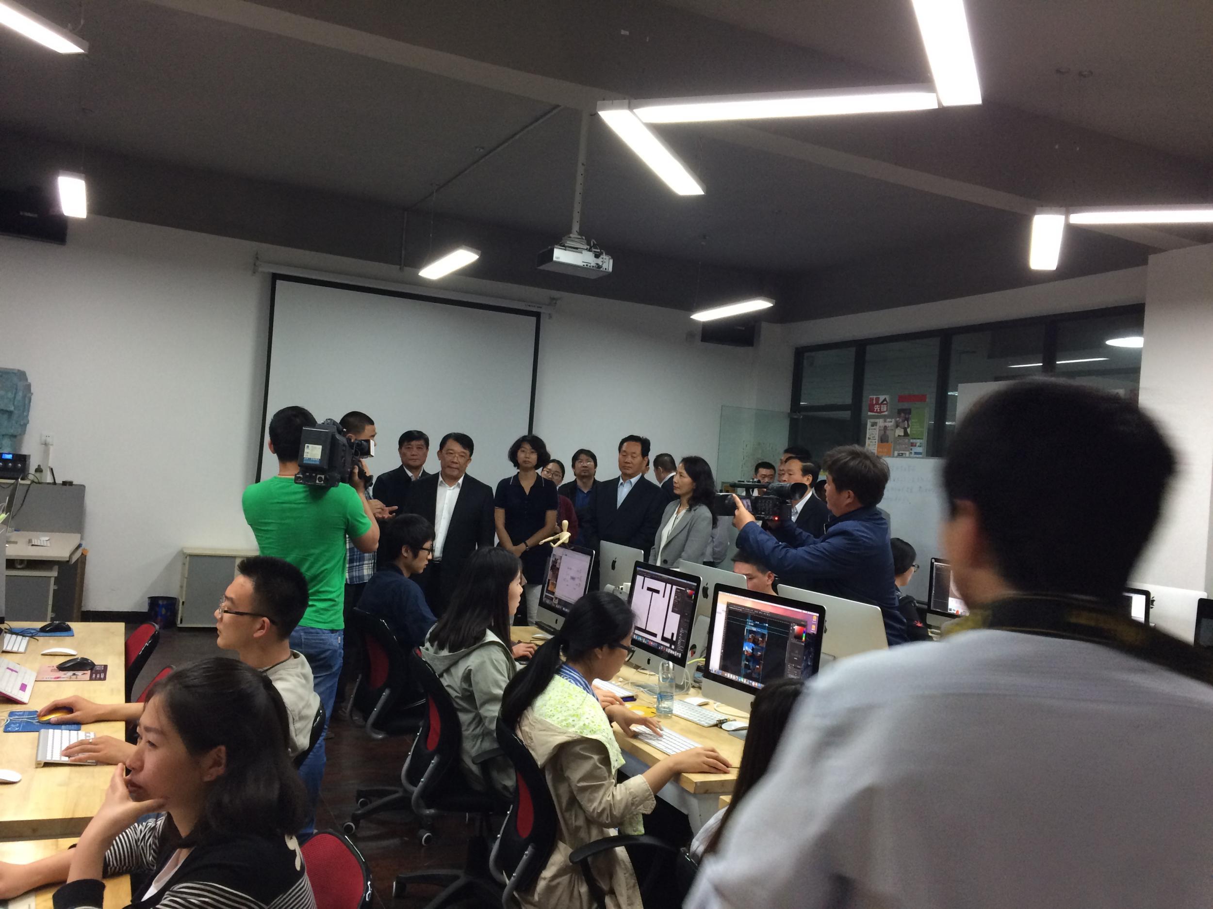 教育部副部长朱之文到达内数字艺术学院参观