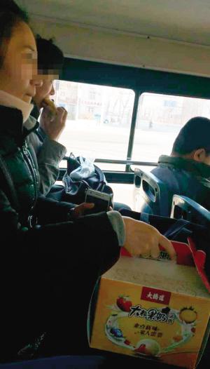 """车上吃喝扔垃圾太随意 公交不是""""自留地"""""""