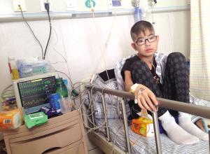 """14岁""""蓝嘴唇""""男孩等待换肺 多方捐款伸出援手"""