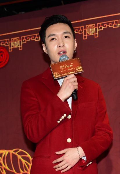 """张艺兴变身红衣伯爵 """"春节红""""的时髦穿法-时尚 ..."""
