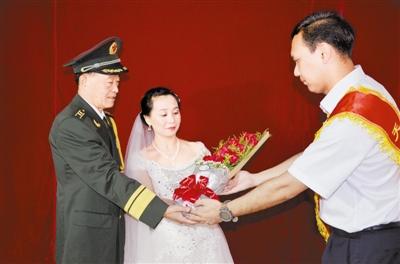 志愿者为退伍军人补拍婚纱照 为老兵圆梦(图)