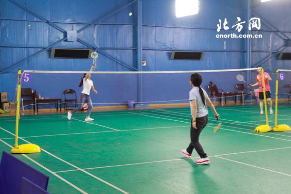 体育俱乐部网友羽毛球大比拼 锻炼身体收获友谊