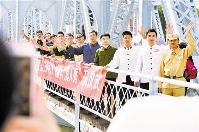 """""""90后""""民警收藏警服 解放桥上举行警服时代秀"""