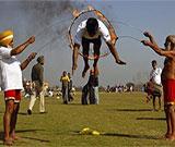 """围观印度乡村奥运会 各路奇人集体""""开挂"""""""