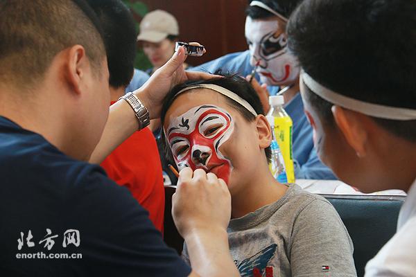 京剧进校园展国粹魅力 增强文化自信从孩子做起