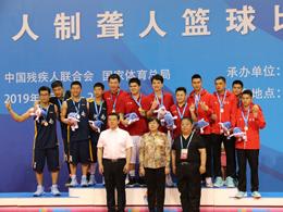 曹小红同志观看三人制聋人篮球比赛并为冠军颁奖