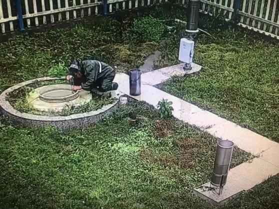 台风中,81岁的她在暴雨中心跪着……