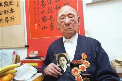 98岁革命伉俪同获共和国纪念章