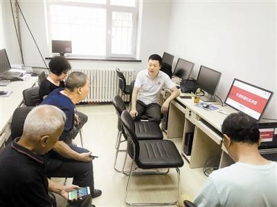 天津社区工作者为追赶智能时代的老年人助力