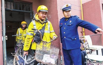 新闻镜头:外卖小哥化身 流动消防宣传员