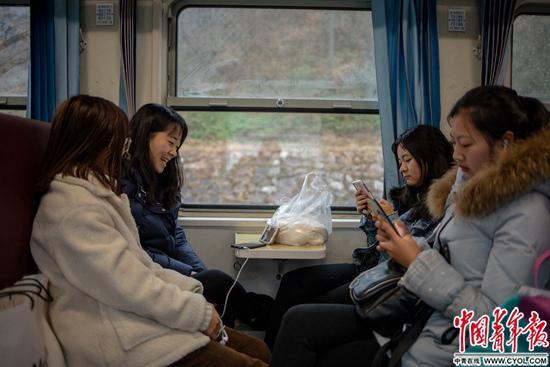 【新春走基层】慢火车上年轻的希望