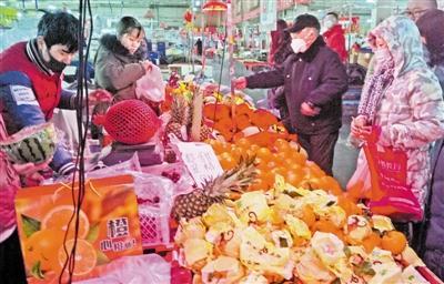 天津多家菜市场做好防护 为市民