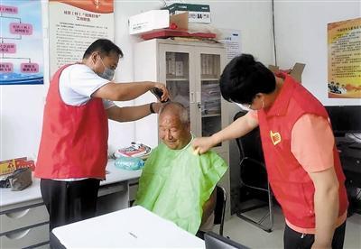 志愿义务理发 贴心关爱老人