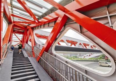 西青区津涞公路王台村公交站附近人行天桥投入使用