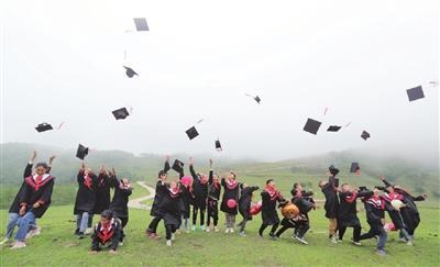 志愿者来到四川省凉山州昭觉县帮孩子们圆梦 彝家娃娃的毕业典礼