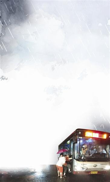 公交职工冒雨护送八旬老人乘坐末班车