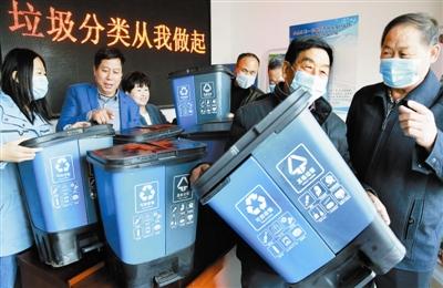 分类垃圾桶 送到村民家