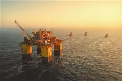 5.3万吨深海油气生产装备长途拖航 深海一号 能源站抵达目标