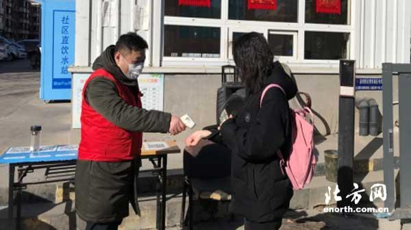 西青区税务局干部职工春节假期深入社区参加志愿服务
