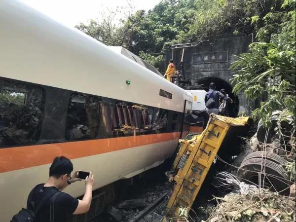 台铁事故30名罹难者身份确认 受损车厢陆续拉出