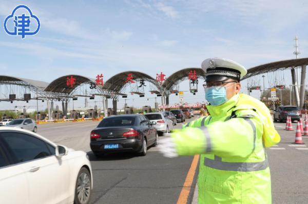 清明清明首日市民游客出行热情高 公安交管部门全力护航