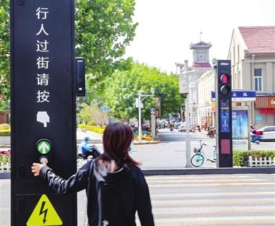 新型多功能一体化行人过街智能交通信号灯亮相