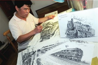 北京市民用钢笔绘制中国火车发展史(图)